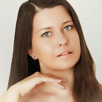 Тон кожи загара и рутина красоты красивая брюнетка женская модель с естественным загаром лицо портрет молодой женщины