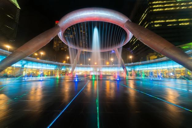 Выставка фонтана на фонтане богатства suntec tower в сингапуре.