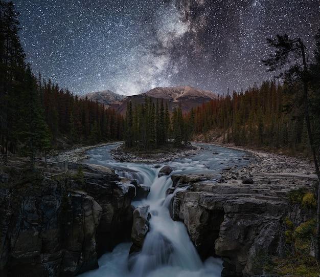 Водопад санвапта и млечный путь осенью на бульваре ледяные поля, национальный парк джаспер, канада