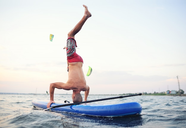 Supボード上の男