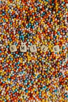 Супер красочный макет со счастливой и веселой концепцией, красочные шары с улыбкой, написанной кубиками, фон, потрясающий, замечательный