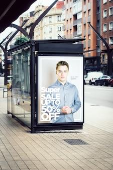 バス停のスーパーファッションセール広告看板