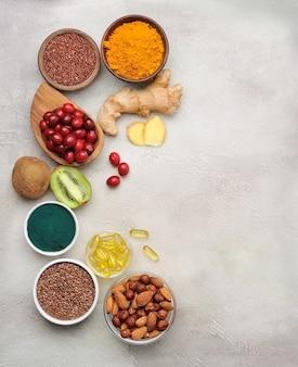 スーパーフード。きれいな食べ物。スパイス。天然ビタミン。アボカド、クランベリー、亜麻仁、アーモンド、ナッツ、ヘーゼルナッツ、ウコン、カカオ豆、スピルリナ、ゲンジャールート。