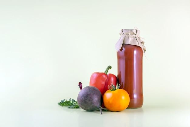 붉은 달콤한 고추와 토마토를 곁들인 슈퍼 건강 비트 주스