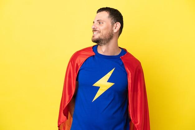Супергерой бразильский человек, изолированные на желтом фоне, глядя сторону