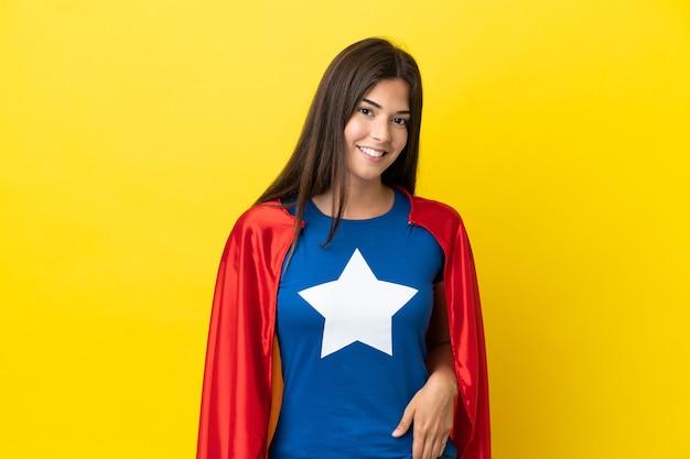 Супергерой бразильская женщина, изолированные на желтом фоне смеясь