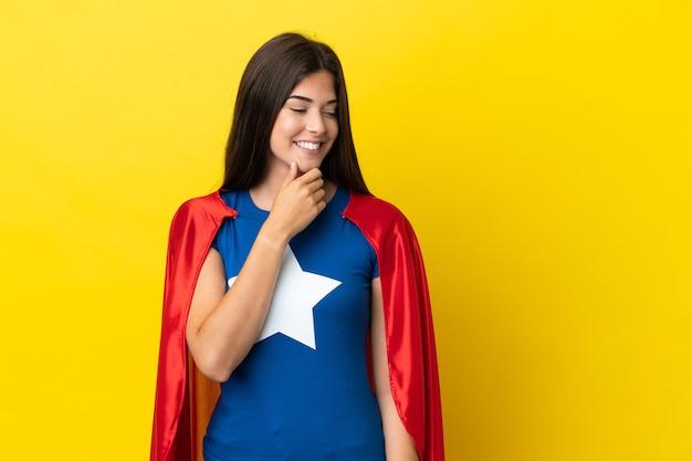Супергерой бразильская женщина изолирована на желтом фоне, глядя в сторону