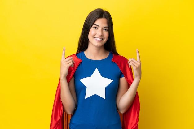 Супергерой бразильская женщина изолирована на желтом фоне, указывая на отличную идею
