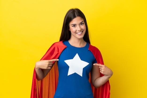 Супергерой бразильская женщина изолирована на желтом фоне, гордая и самодовольная