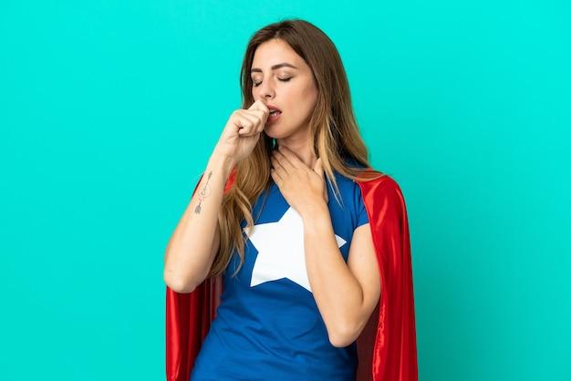 Кавказская женщина супергероя изолирована на синем фоне страдает от кашля и плохо себя чувствует