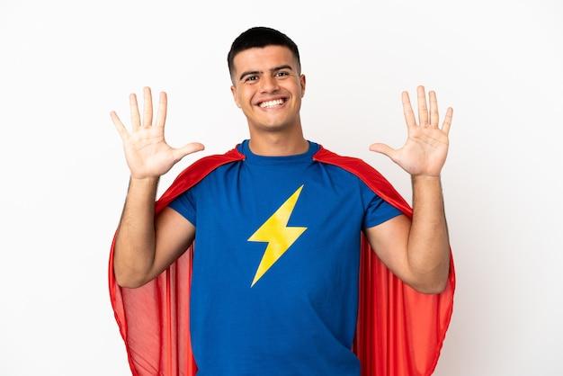 손가락으로 10을 세는 고립 된 흰색 배경 위에 슈퍼 영웅