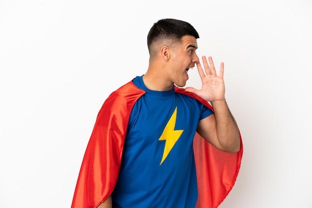 Супергерой на изолированном белом фоне кричит с широко открытым ртом в стороны