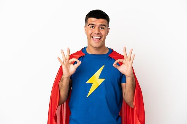 Супер герой на изолированном белом фоне, показывая пальцами знак ок