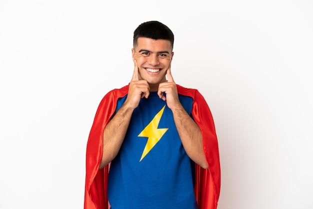 Супергерой на изолированном белом фоне улыбается со счастливым и приятным выражением лица