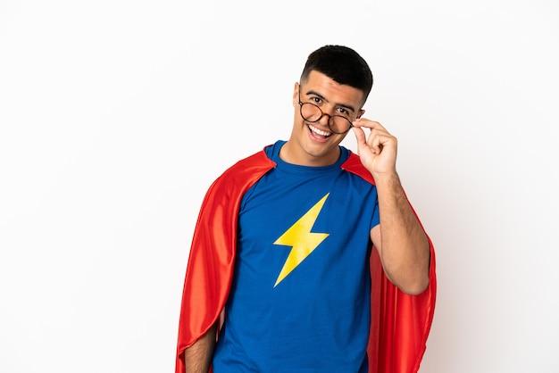 Супер герой на изолированном белом фоне в очках и счастливым