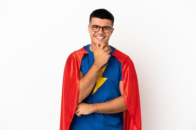 Супер герой на изолированном белом фоне в очках и улыбается