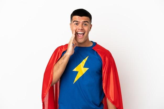 Супергерой на изолированном белом фоне с удивлением и шокированным выражением лица