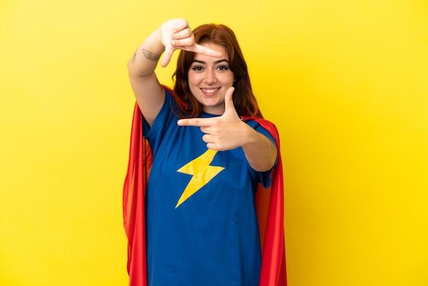 Рыжая женщина супергероя, изолированные на желтом фоне, фокусируя лицо. обрамление символа