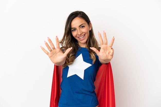Женщина супергероя на изолированном белом фоне, считая девять пальцами