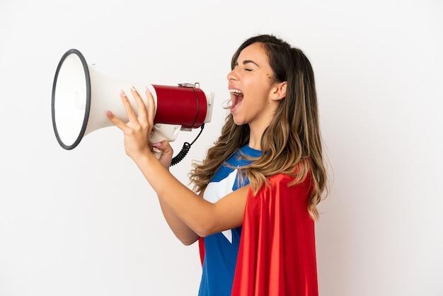 Женщина супергероя на изолированном белом фоне кричит через мегафон