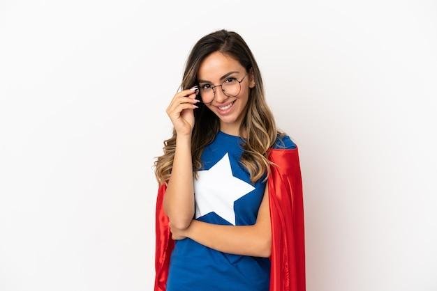 Женщина супергероя на изолированном белом фоне в очках и счастлива