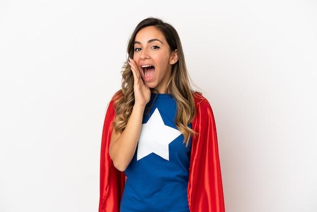 Женщина супергероя на изолированном белом фоне с удивлением и шокированным выражением лица