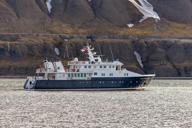 ロングヤービーエン、スバールバル諸島の近くの北極海の超豪華ヨット
