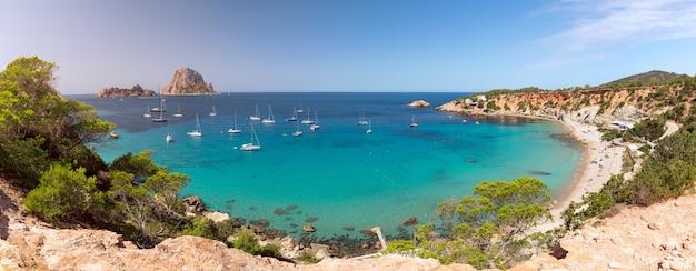Супер панорама прекрасного пляжа кала хорт и горы эс ведра. ибица, балеарские острова. испания