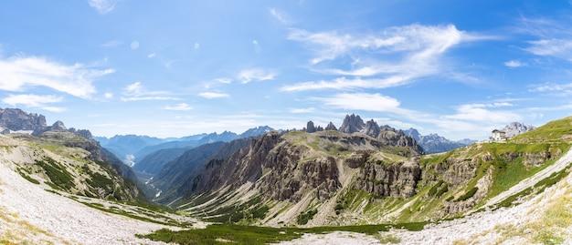 Супер панорама долины и национального парка тре чиме ди лаваредо. итальянские доломиты, италия
