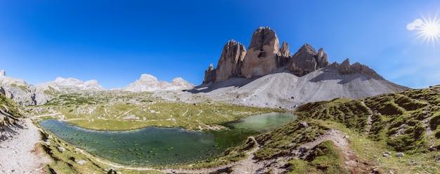 Супер панорама тре чиме ди лаваредо и горного озера. южный тироль, италия.