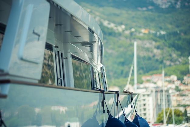 Супер яхта. роскошные яхты в порту. элементы конструкции. детали