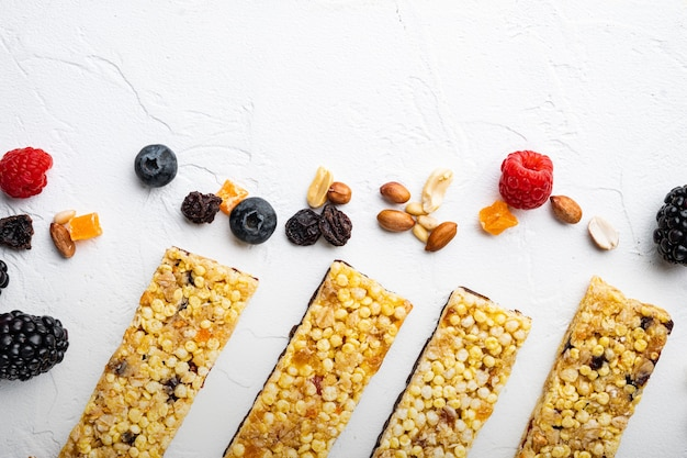 귀리 견과류와 신선한 딸기가 포함된 슈퍼푸드 조식 바, 복사 공간이 있는 위쪽 전망, 흰색 배경