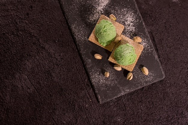 Superfood фисташковое мороженое на деревенской деревянной доске