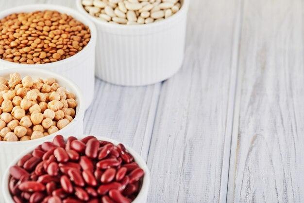 健康的な食事のコンセプトであるスーパーフードとボウルの豆の種