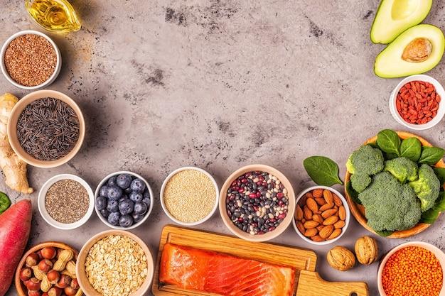 회색 콘크리트 배경에 슈퍼푸드입니다. 건강 식품 깨끗한 먹는 개념입니다. 평면도.