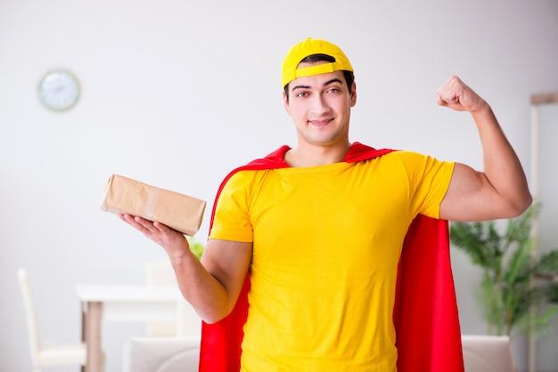 Парень доставки супергероя с коробкой