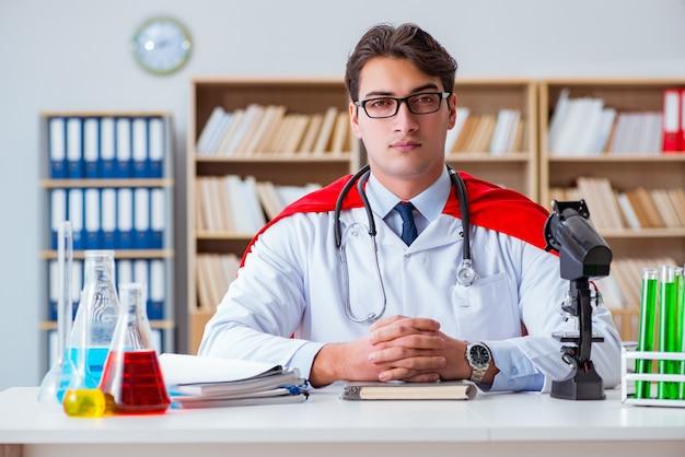 病院の研究室で働くスーパーヒーロー医師