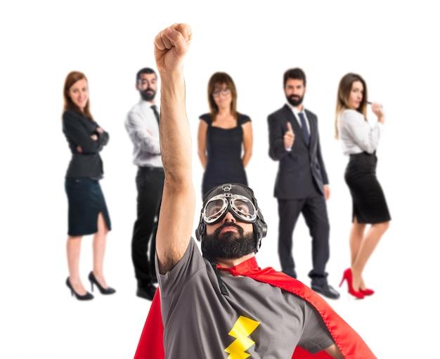 Супергерой, выполняющий жестов