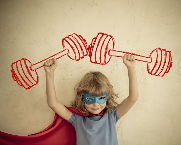 Ребенок супергероя, весело дома. ретро тонированное