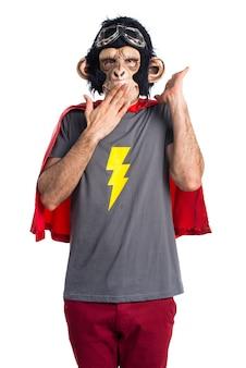 Человек-супергерох-обезьяна делает неожиданный жест