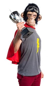 Человек-супергерой-обезьяна держит трофей