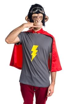 Uomo di scimmia supereroe che fa il gesto del telefono