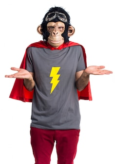 Uomo di scimmia supereroe che fa gesto insignificante
