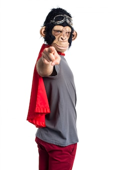 슈퍼 히어로 원숭이 남자 앞을 가리키는