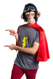 측면을 가리키는 슈퍼 히어로 원숭이 남자