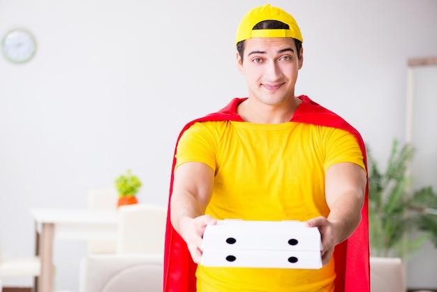 Парень доставки пиццы супергероя с красной крышкой