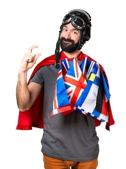 Супергерой с большим количеством флагов, делающих крошечный знак