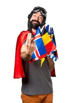 Supereroe con un sacco di bandiere che arrivano gesto