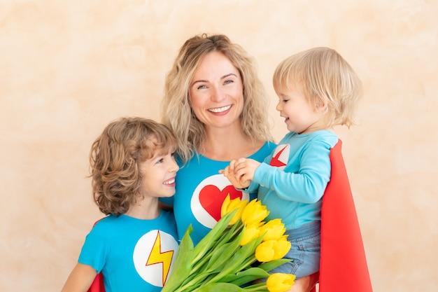 Женщина-супергерой и дети дома Premium Фотографии