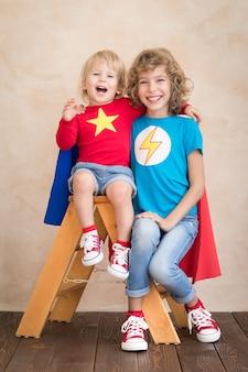 Дети супергероев играют дома